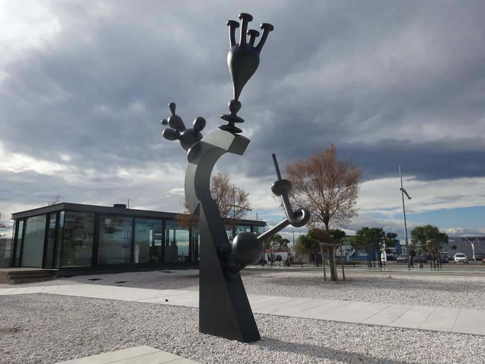 Το γλυπτό του Μαρκ Χατζηπατέρα Invitation, στη Νέα Παραλία της Θεσσαλονίκης.